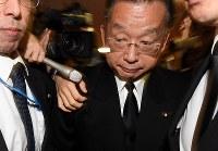 記者に囲まれ、厳しい表情で大臣室を出る山本有二農相=東京・霞ヶ関で2016年11月2日午後5時28分、竹内紀臣撮影