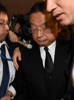 記者に囲まれ、うつむきながら退庁する山本有二農相=東京・霞ヶ関で2016年11月2日午後5時28分、竹内紀臣撮影