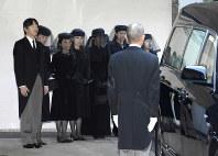 三笠宮さまのひつぎを乗せた霊車を見送られる秋篠宮ご夫妻と皇族方=東京都港区の赤坂御用地で2016年11月4日午前8時53分(代表撮影)