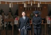 「斂葬の儀」で拝礼を終えられた皇太子ご夫妻=東京都文京区の豊島岡墓地で2016年11月4日午前10時37分、佐々木順一撮影