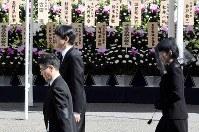「斂葬の儀」で拝礼に向かわれる秋篠宮ご夫妻=東京都文京区の豊島岡墓地で2016年11月4日午前10時37分、竹内紀臣撮影