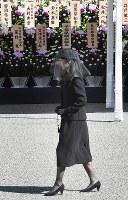 「斂葬の儀」で拝礼に向かわれる秋篠宮家の佳子さま=東京都文京区の豊島岡墓地で2016年11月4日午前10時38分、竹内紀臣撮影