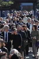 「斂葬の儀」で一般拝礼に集まった大勢の人たち=東京都文京区の豊島岡墓地で2016年11月4日午前11時52分、佐々木順一撮影