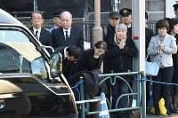 豊島岡墓地を去る三笠宮さまのひつぎを乗せた車に、頭を下げたり、手を合わせたりする人たち=東京都文京区で2016年11月4日午後1時21分、北山夏帆撮影
