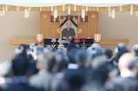 2回目の一般拝礼では三笠宮さまの写真が飾られ、多くの人たちが拝礼に訪れた=東京都文京区の豊島岡墓地で2016年11月4日午後1時40分、佐々木順一撮影
