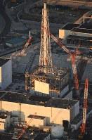 建屋カバーの撤去作業で壁パネルが取り外された福島第1原発1号機=2016年11月4日午前6時14分、本社機「希望」から