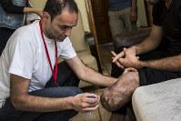 理学療法士として活動するシリア人のハテムさん(35)。日本の国際NGO「難民を助ける会」(AARJapan)が行う障害者支援を手伝っている=2016年8月31日、トルコ・シャンルウルファで写真家の川畑嘉文さん撮影