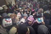 難民キャンプの食糧配給時に詰めかける人々=2014年12月10日、トルコ・スルチで写真家の川畑嘉文さん撮影