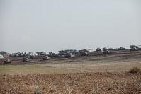 トルコとシリア国境地帯では、トルコ軍の戦車や自走砲がISに占領された方向に照準を定めていた=トルコ・スルチで2014年12月6日、写真家の川畑嘉文さん撮影