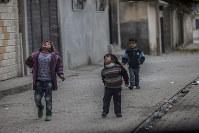 スルチ市内を歩くシリア難民の子供たち=トルコで2014年12月1日、写真家の川畑嘉文さん撮影