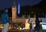 英国国会議事堂の模型を見物する観光客=日光市の東武ワールドスクウェアで