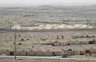 居住用のコンテナが整然と並ぶアズラック難民キャンプ=ヨルダン・ザルカ県で2016年10月4日、久保玲撮影
