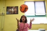リハビリ中、サッカーボールで遊ぶリマールちゃん。シリアでは毎日ボールを蹴りながら通学した=ヨルダン・アンマンで2016年10月12日、久保玲撮影
