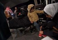 大きな荷物を携え、米国に旅立つフセイン・カリームさんの子どもたち=ヨルダン・アンマンのクイーンアリア国際空港で2016年10月11日、久保玲撮影