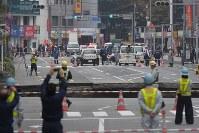 大きく陥没した道路=福岡市博多区で2016年11月8日午前8時32分、須賀川理撮影