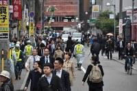 通行止めを迂回する通勤客らで混雑する通り=福岡市博多区で2016年11月8日午前8時16分、須賀川理撮影