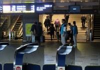 電光掲示板の表示を予備電源で対応していた新幹線口では、薄暗い構内を利用客が歩いていた=福岡市博多区で2016年11月8日午前9時55分、青木絵美撮影