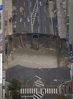大規模に陥没したJR博多駅近くの道路=福岡市博多区で2016年11月8日午前9時52分、本社ヘリから須賀川理撮影