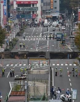 大規模に陥没したJR博多駅近くの道路=福岡市博多区で2016年11月8日午前10時19分、野田武撮影