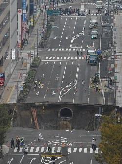 大規模に陥没したJR博多駅近くの道路=福岡市博多区で2016年11月8日午前10時24分、野田武撮影