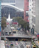 JR博多駅(奥)近くで発生した道路の陥没現場=福岡市博多区で2016年11月8日午前10時55分、津村豊和撮影
