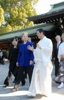 中島精太郎宮司(手前右)の案内で明治神宮を参拝するクリントン氏(中央)=2009年2月17日午前8時半、佐藤賢二郎撮影