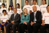被災地から訪れた中高生らと面会したヒラリー・クリントン氏(中央)とカル・リプケン氏(右隣)=米国務省で2011年8月9日、古本陽荘撮影