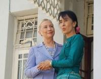 ヒラリー・クリントン氏(左)とアウンサンスーチーさん=ヤンゴンのスーチーさんの自宅で2011年12月2日午前11時過ぎ、西尾英之撮影