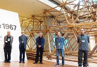 個展のために復元された「雷」の塔の前に立つプレイのメンバー。左から美喜徹雄、池水慶一、二井清治、鈴木芳伸、小林慎一=清水有香撮影