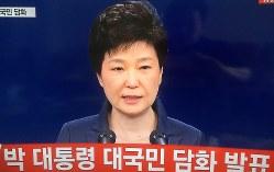 自身の親友による国政介入疑惑について謝罪する朴槿恵大統領=2016年11月4日午前、韓国YTNテレビより