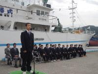 遠洋航海実習を終え、実習生を代表してあいさつする永野さん(手前)