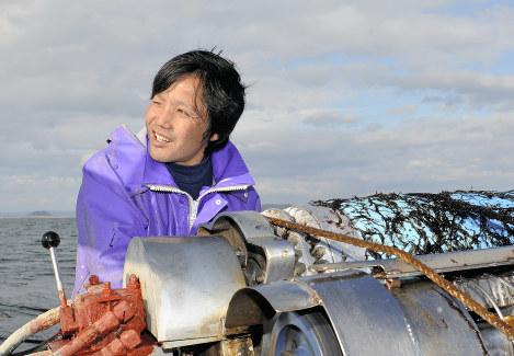 ノリの摘み取りで沖に出た相沢裕太さん。「先輩にもちゅうちょなく意見できるようになった」=宮城県の石巻湾で、竹内良和撮影