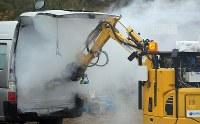 ガスの充満した車内から遠隔操作で目標物を取り出す建設ロボット=仙台市青葉区で2016年11月11日午前11時半、喜屋武真之介撮影