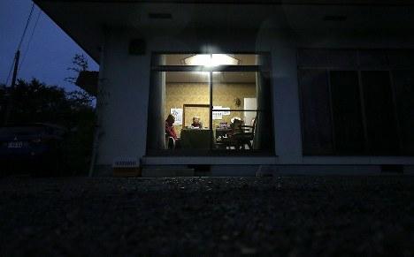 自宅でくつろぐ志賀利明さん(72)と絹子さん(72)の夫婦。利明さんは「自宅にいると心の余裕が違う。3月に避難指示が解除されると信じて住み続けるつもりです」と話した=福島県浪江町で2016年11月1日、宮武祐希撮影