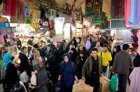 買い物客らでごった返すボゾロギ・バザールの長い回廊。常に年末年始のようなにぎわいを見せる