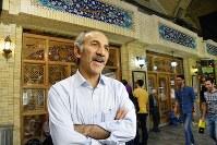 ボゾロギ・バザールにあるケバブ店「ナイエブ食堂」の前で店の歴史を語るモフセン・ノルジ店長
