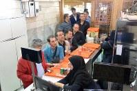 ボゾロギ・バザールにあるケバブ店「ナイエブ食堂」の入り口。レジには長い列ができていた