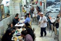 ボゾロギ・バザールにあるケバブ店「ナイエブ食堂」。1階の客席はほぼ満席という人気ぶりだ