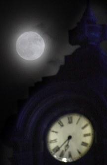 旧山形県庁「文翔館」の上で輝くスーパームーン=山形市旅篭町で2016年11月14日午後6時35分、藤井達也撮影