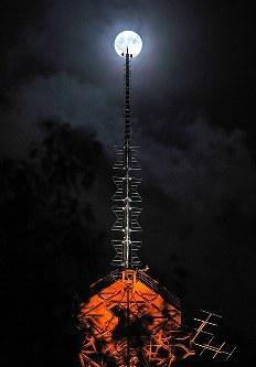 さっぽろテレビ塔の先に輝くスーパームーン=札幌市中央区で2016年11月14日午後9時10分、手塚耕一郎撮影