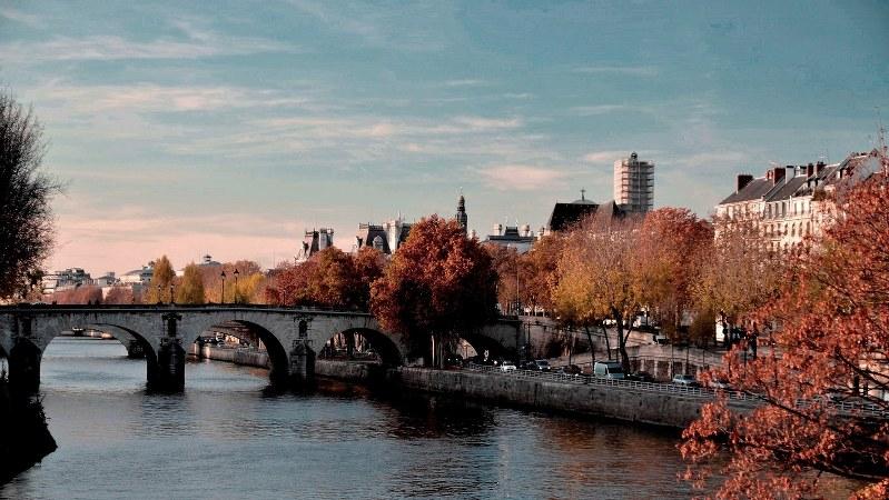 晩秋のパリの夕暮れ