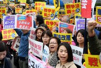 Protesters demonstrate in front of the prime minister's office in Tokyo against the Nov. 15, 2016 Cabinet decision assigning new security duties to Ground Self-Defense Force members set to join a United Nations peacekeeping mission in South Sudan. (Mainichi)