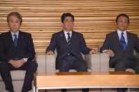 Prime Minister Shinzo Abe, center, is seen at a Nov. 15, 2016 Cabinet meeting at the prime minister's office in Tokyo. (Mainichi)