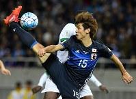 【日本―サウジアラビア】前半、クロスに飛び込むもボールに合わずに好機を逸する大迫=埼玉スタジアムで2016年11月15日、宮間俊樹撮影