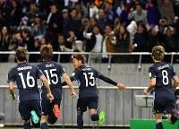 【日本―サウジアラビア】前半、PKで先制点を奪いベンチに向かって駆け出す清武(中央)=埼玉スタジアムで2016年11月15日、宮間俊樹撮影