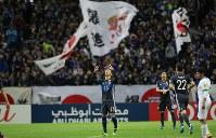 【日本―サウジアラビア】前半、PKを決めて喜ぶ清武(中央)=埼玉スタジアムで2016年11月15日、宮武祐希撮影