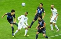 【日本―サウジアラビア】後半、相手のクロスをヘディングではね返す森重(左端)=埼玉スタジアムで2016年11月15日、長谷川直亮撮影