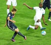 【日本―サウジアラビア】後半、原口(左)がゴールを決める=埼玉スタジアムで2016年11月15日、長谷川直亮撮影