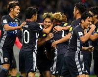 【日本―サウジアラビア】後半、ゴールを決めて祝福される原口(中央)=埼玉スタジアムで2016年11月15日、宮間俊樹撮影