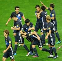 【日本―サウジアラビア】後半、ゴールを決めてチームメートに祝福される原口(中央下)=埼玉スタジアムで2016年11月15日、長谷川直亮撮影